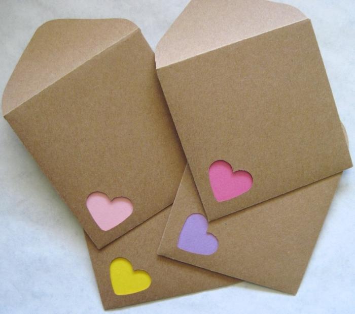 enveloppe carrée en papier recyclé avec petit coeur, idée comment faire une petite enveloppe scrapbooking