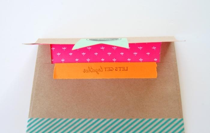 fabriquer une enveloppe, modèle d'enveloppe DIY en papier recyclé décoré avec washi tape et papier en couleurs