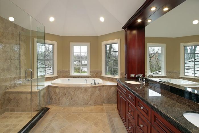 salle de bain contemporaine, grand meuble vasque, trois grandes fenêtres,