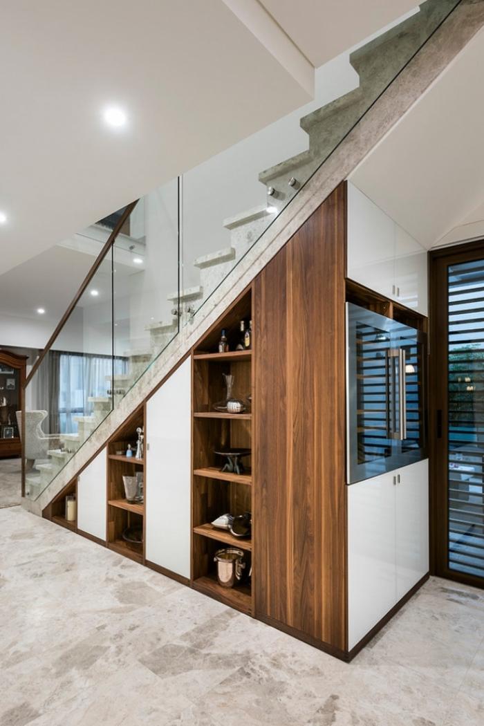 maison moderne avec escalier à design marbre blanc et verre, idée aménagement sous escalier avec étagères de bois foncé