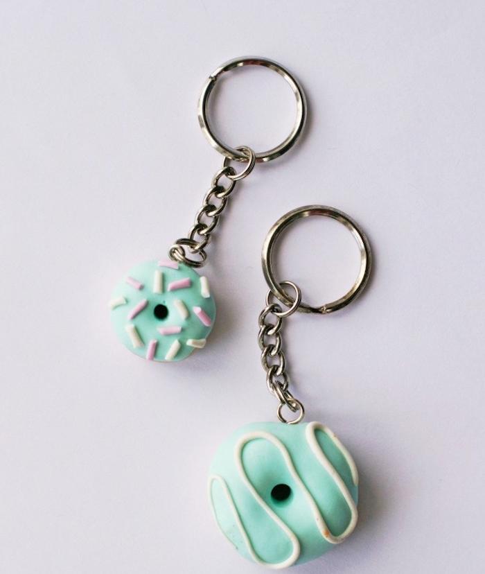 porte clé en fimo en forme de donut vert, exemple comment réaliser un cadeau fete des peres a faire soi meme