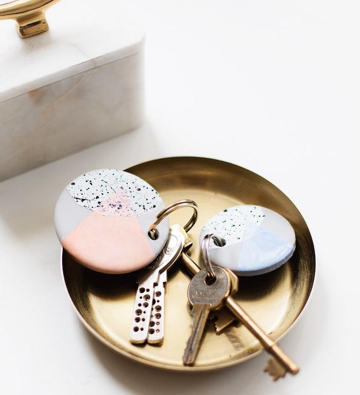 modele de porte clé en fimo à effet marbre et motif rose, bricolage facile pour creer un cadeau fete des peres