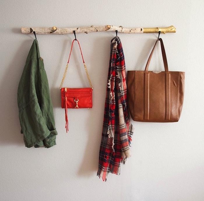 Porte manteau fait maison percez la planche avec la vis par le dos de la planche pour que la - Porte manteau maison ...