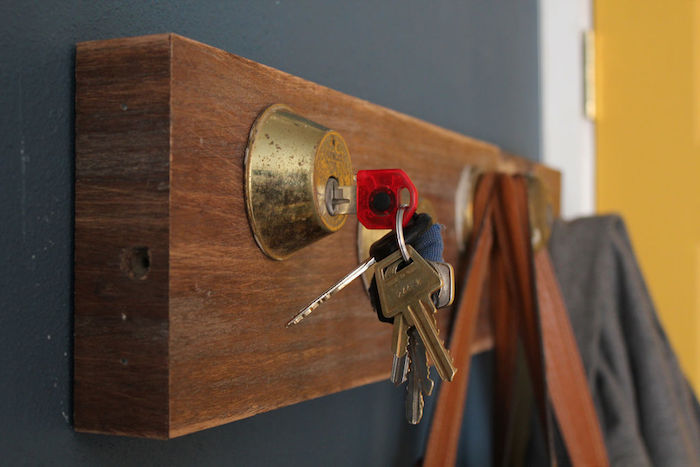 patère murale planche en bois avec porte clés