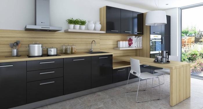 meubles de cuisine bas noirs avec poignées argent et crédence de cuisine de bois clair, cuisine bois et noir