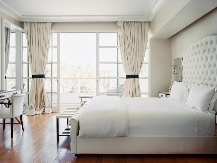 couleur pour chambre parentale aux grandes portes coulissantes vers le balcon avec rideaux longs beige