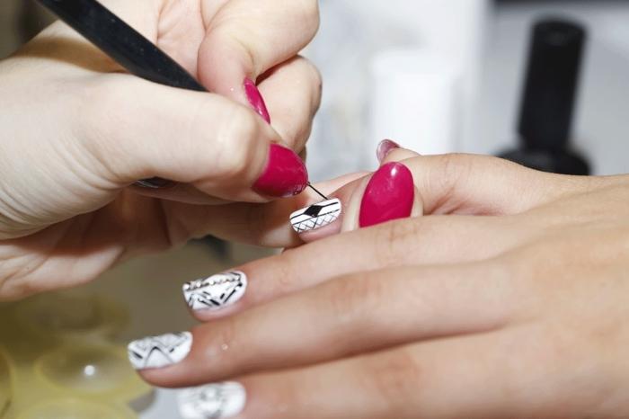 comment réaliser une décoration sur ongles mi-longs de base blanche avec linges géométriques en noir