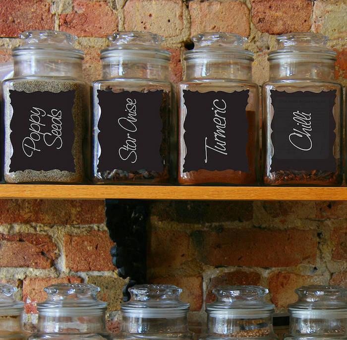 pots en verre avec étiquettes peinture craie, idée comment ranger ses ingrédients, mur de fond en briques
