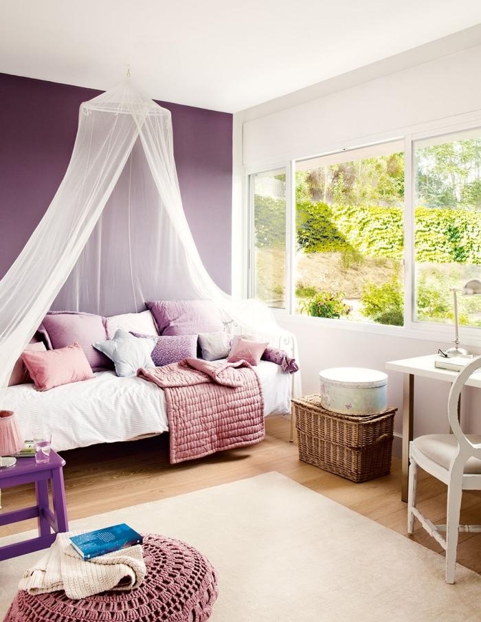 déco romantique dans la chambre ado fille aux murs violet et blanc avec lit en baldaquin et coussins diy