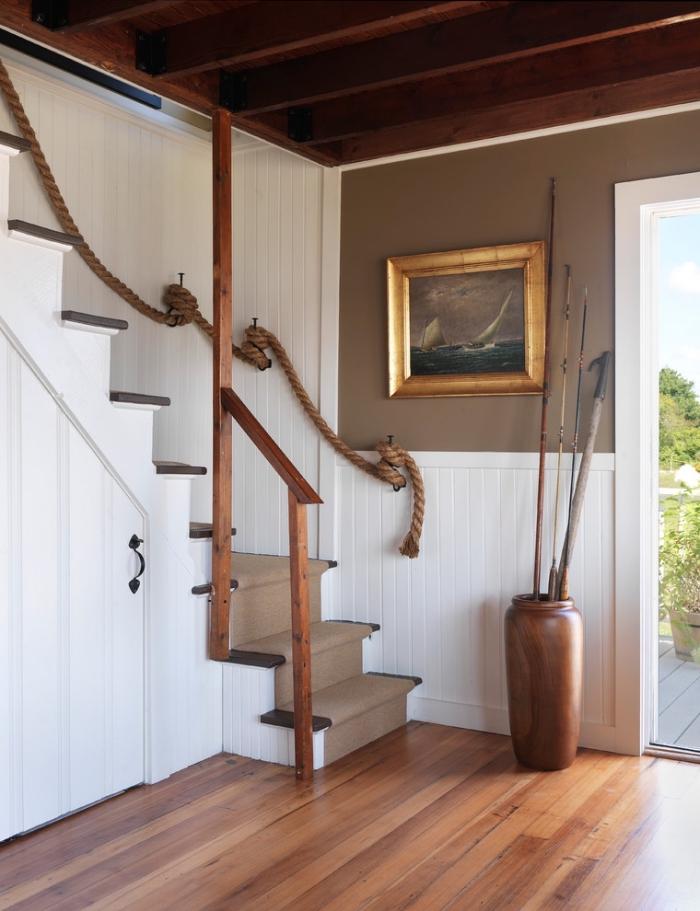 déco rustique au plafond et parquet de bois avec mur taupe et escalier blanc et bois, rangement sous pente avec porte blanche