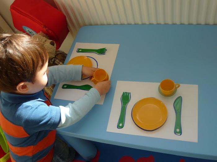 apprentissage vie pratique, comment mettre la table et ranger les couverts et les assiettes, activite enfant 3 ans selon le principe montessori