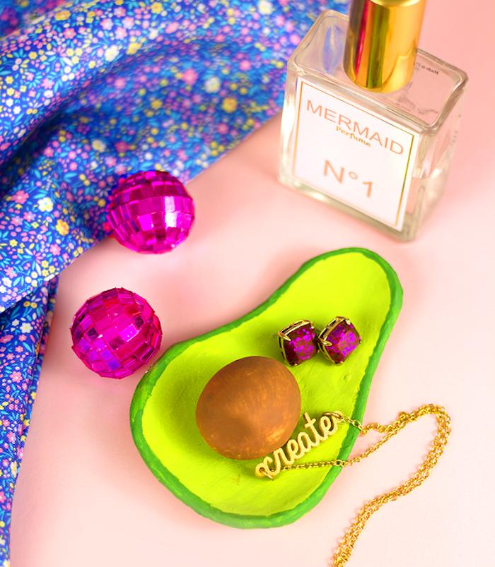 présentoir à bijoux en forme d avocat vert, idée fimo facile à réaliser pour ranger ses bagues, colliers, boucles d oreilles et autres accessoires