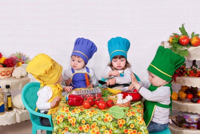 idée d activité montessori de la vie pratique, premières leçons de cuisine, comment préparer les ingrédients, photo mignonne