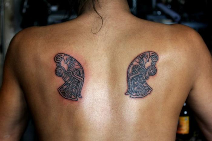 Ecriture viking tatouage symbole viking idée tatouage dos cool symboles viking tatoué femme
