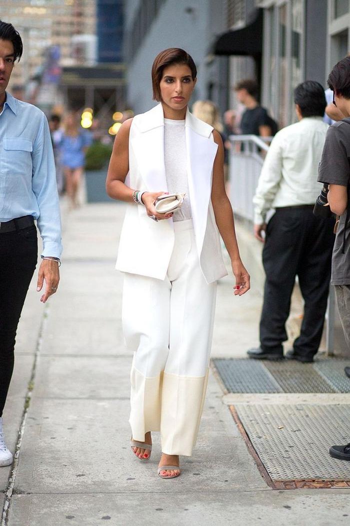 look monochrome élégant en tailleur femme blanc avec un blazer sans manches