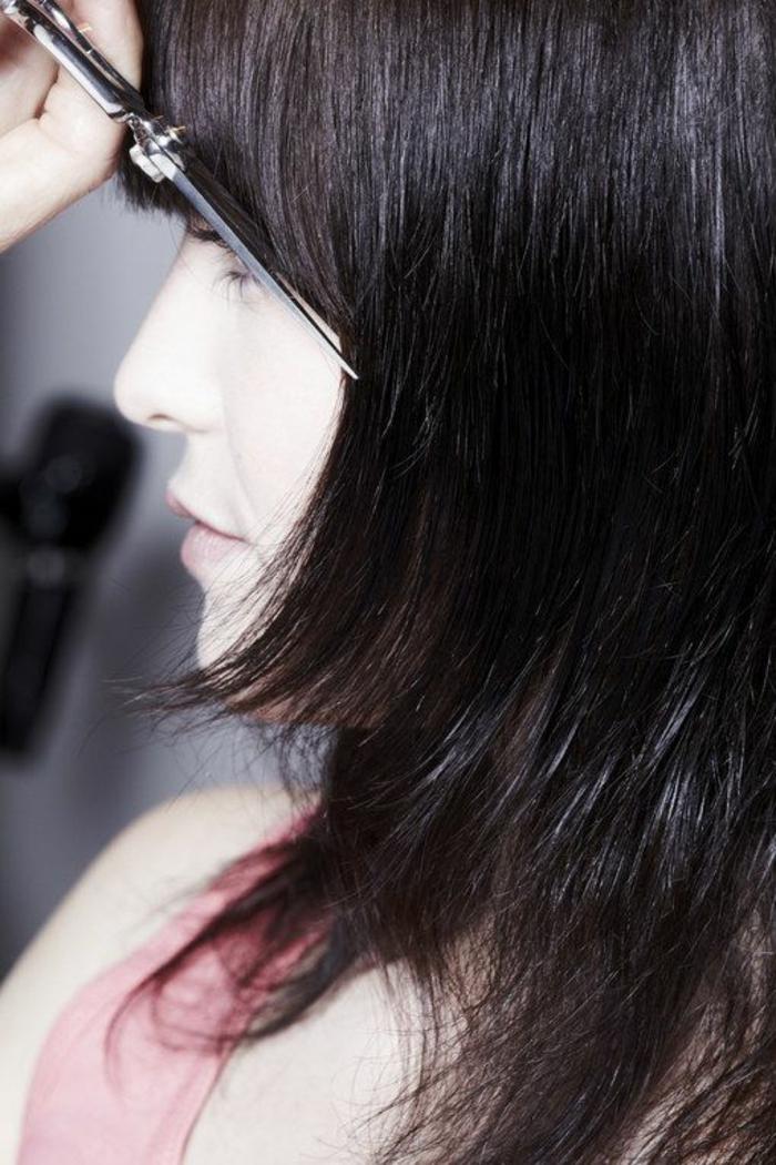 visage ovale coiffure, cheveux de longueur moyenne, étagés et effilés, coupe avec frange, coloration uniforme en noir