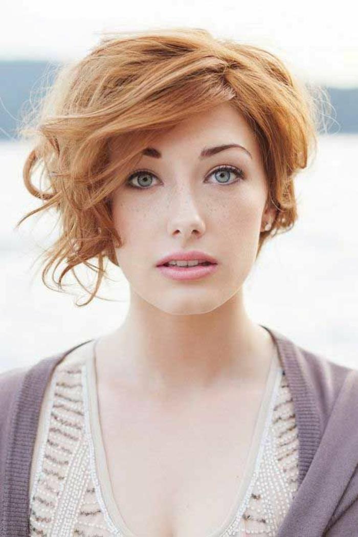 coiffure femme visage ovale, coloration rousse, frange asymétrique, coupe très courte, effets ondulants de côté