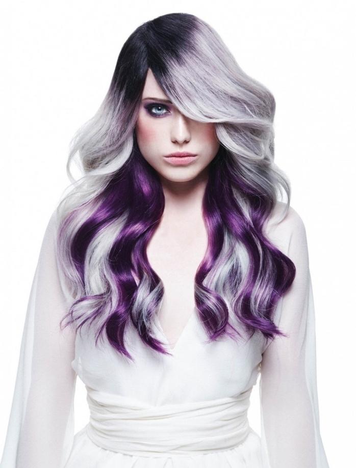 coloration grise pastel avec racines noires et pointes colorées en violet prune, maquillage pour yeux bleus