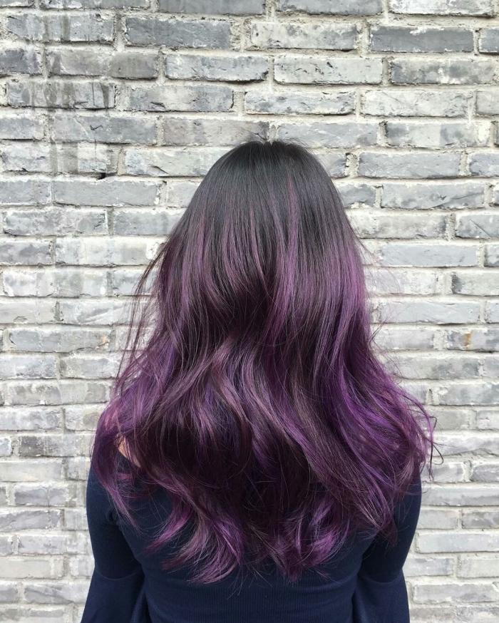 teinture cheveux avec la technique balayage violet, coiffure de cheveux longs et bouclés aux racines noires et pointes prune