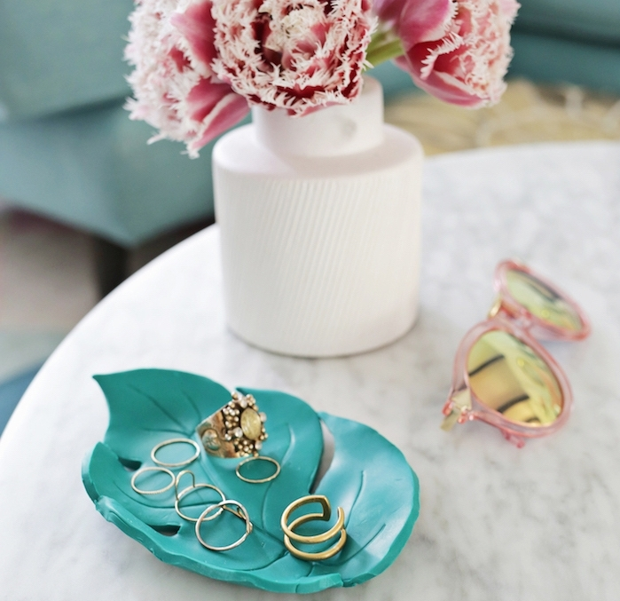 création en pâte fimo, rangement pour bagues original, assiette en forme de palme verte, vase avec des fleurs
