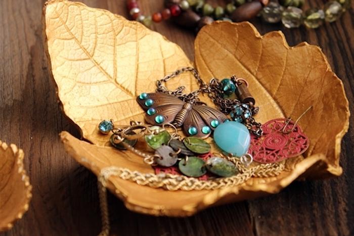 présentoit bijoux pate fimo en forme de feuille morte dorée pour ranger ses collier et boucles d oreilles
