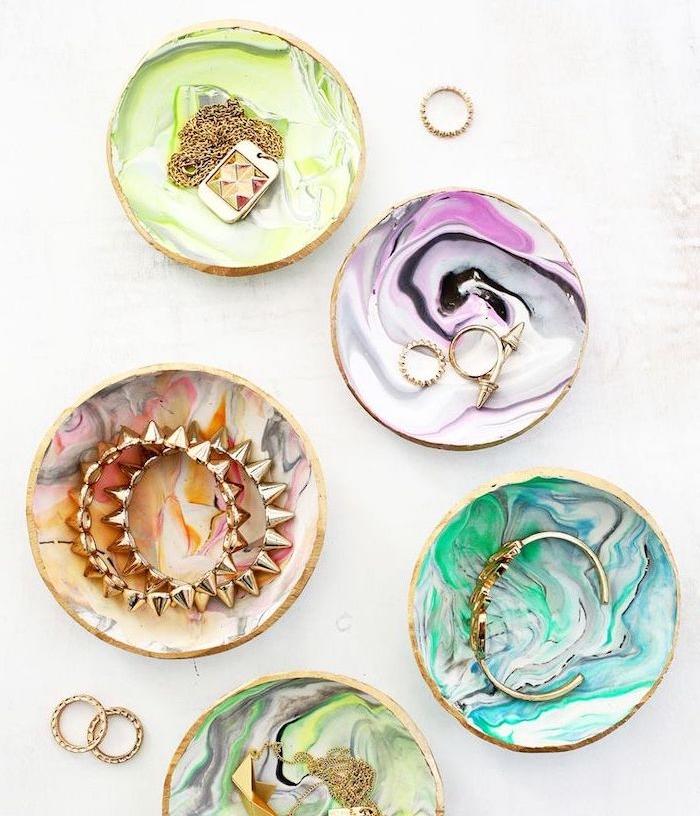 modele de rangement bijoux pate fimo à effet marbre coloré, comment organiser ses colliers, chaises, bagues boucles d oreilles, bracelets