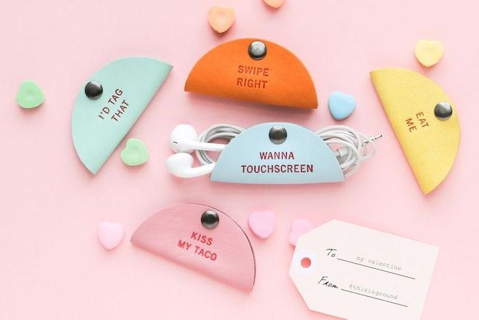 idée astucieuse de rangement écouteurs en cuir avec des petits textes d amour, que offrir a sa copine