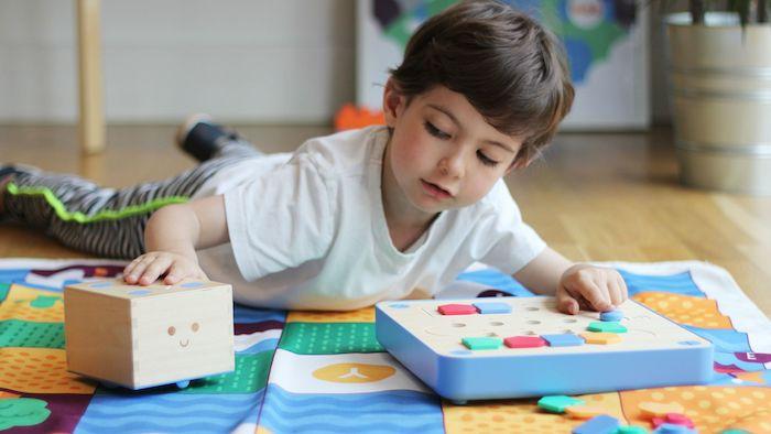 ranger des formes geometriques colorées dans les cases correspondantes, idée d activité montessori classique