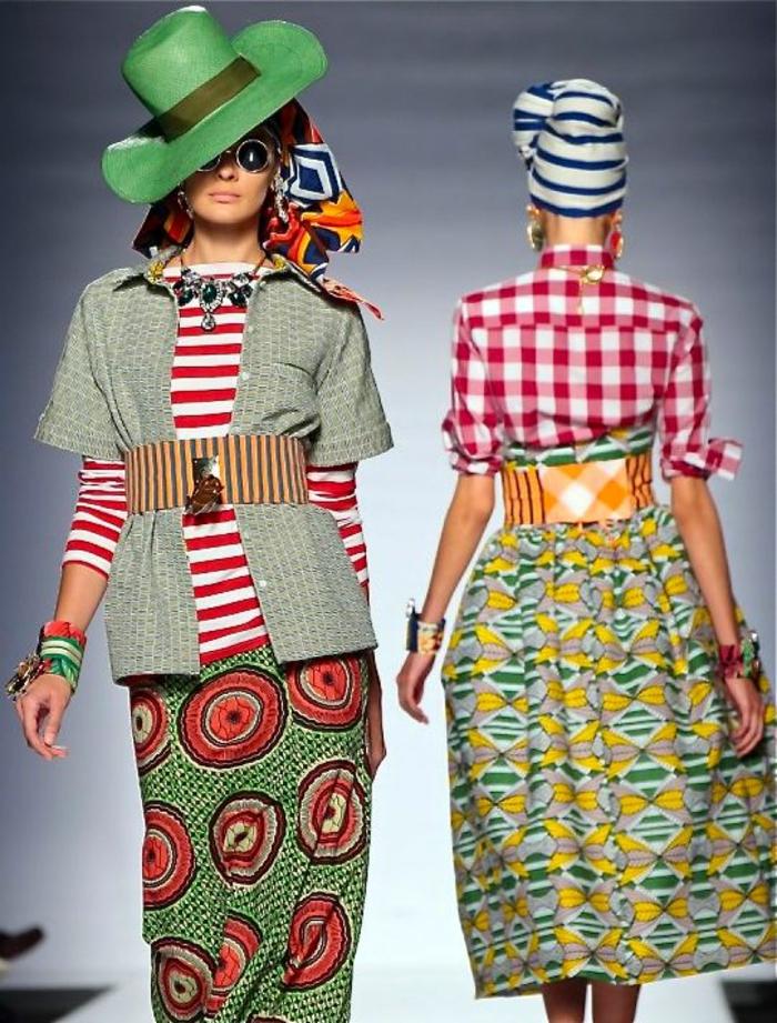 deux looks sur le podium, vetement africain, mode africaine, chapeau en vert réséda et turban, jupe droite en vert et couleur corail et jupe évasée en vert et jaune
