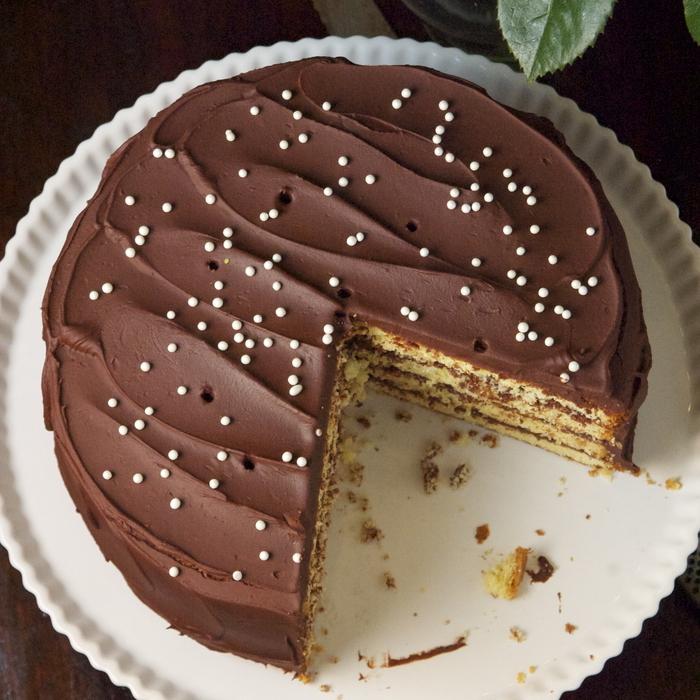 un délicieux gâteau anniversaire rond au glaçage de sauce au chocolat chaude, comment faire un gateau au chocolat rapide