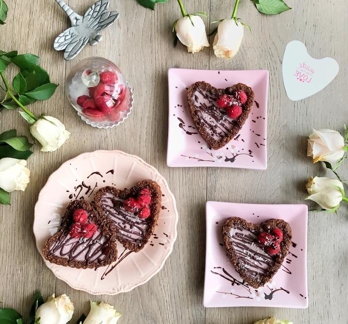 idée pour un gateau saint valentin pour deux en forme de coeur, mini-tarte panna cotta au chocolat et à la framboise