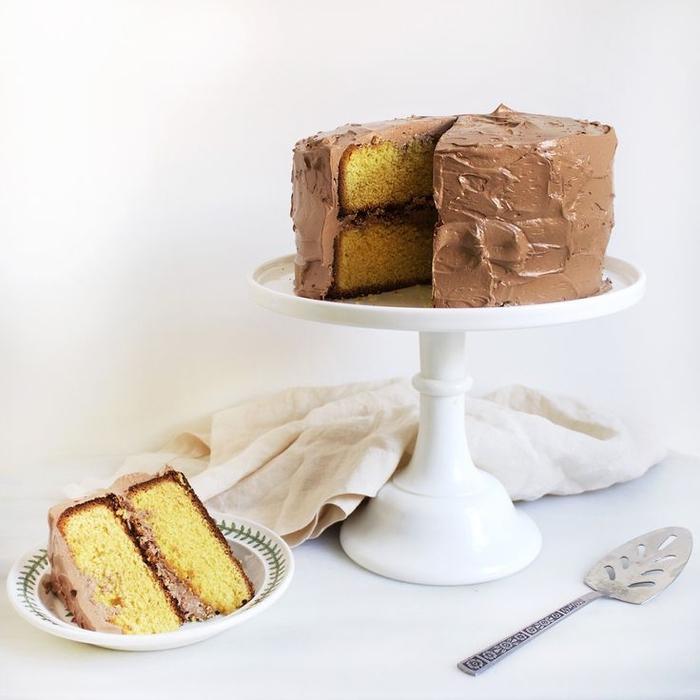 recette simple et rapide aux jaunes d'oeufs et nappage au chocolat, gâteau au chocolat facile à deux couches avec ganache au chocolat au lait