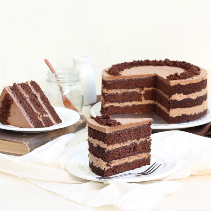 gateau d'anniversaire au chocolat original avec crème au chocolat au lait et crème baileys