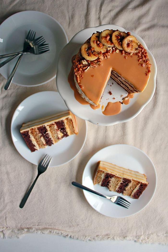 idée originale pour un gateau d'anniversaire au chocolat et aux bananes nappé de crème dulce de leche