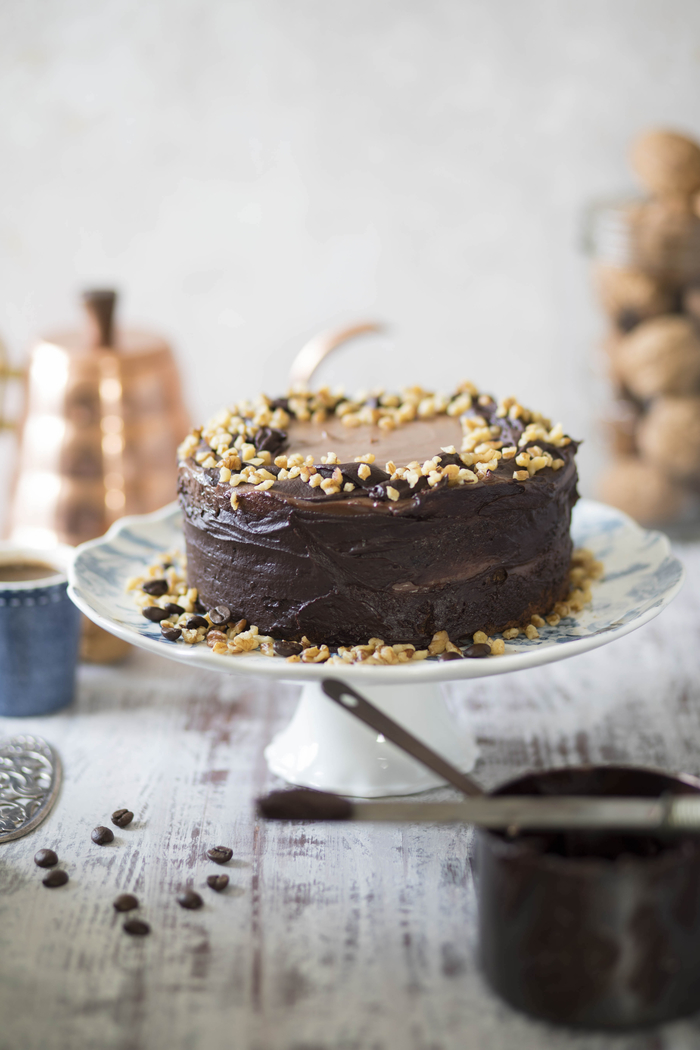 recette délicieuse pour un gateau d'anniversaire au chocolat, aux noix et à la crème moka parfumé au café