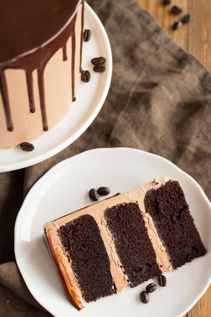 idée pour gateau d'anniversaire au chocolat ultra délicieux composé d'un gâteau moelleux au chocolat et d'une ganache au beurre à la meringue suisse