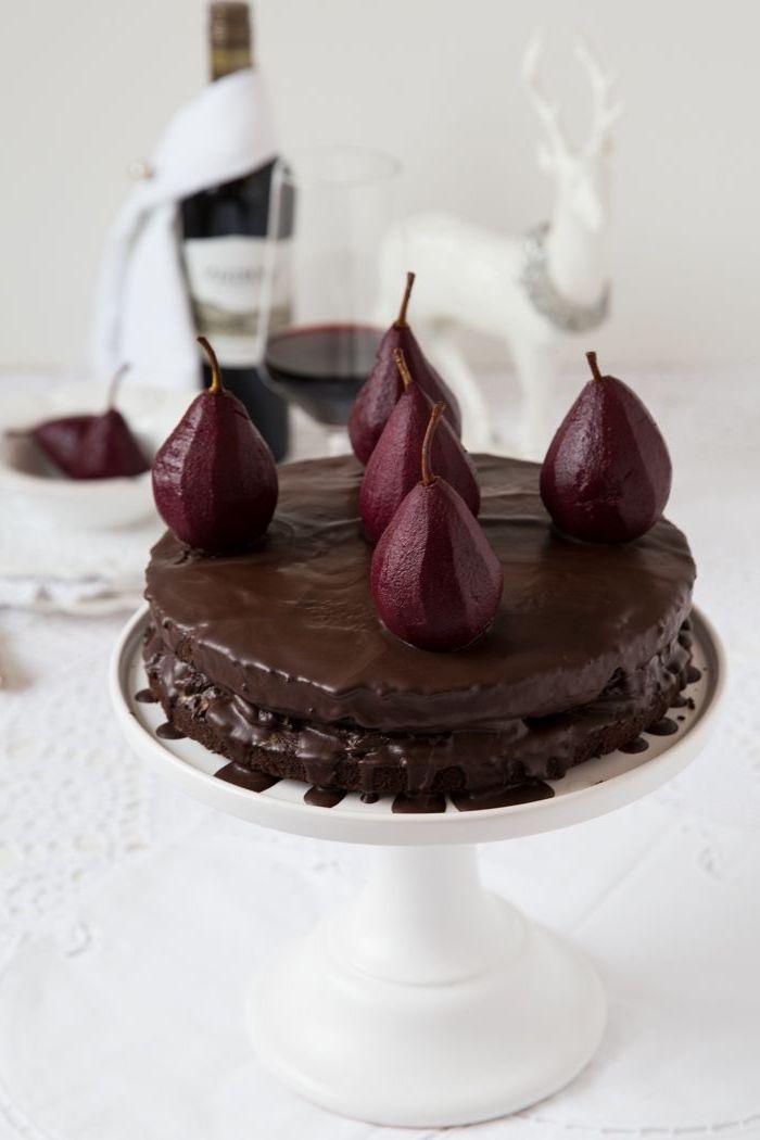 gateau moelleux chocolat, vin rouge et poire pochées, idée pour un gâteau au chocolat raffiné pour les occasions spéciales