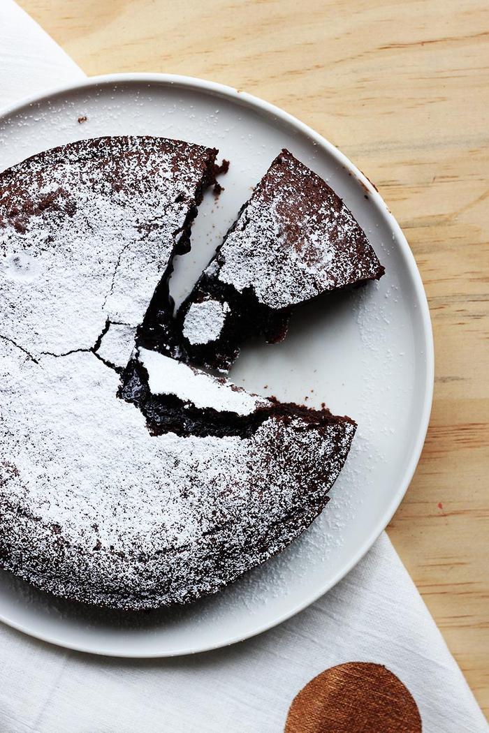 une recette suédoise de gateau au chocolat rapide au coeur fondant saupoudré de sucre glace et parfumé de café