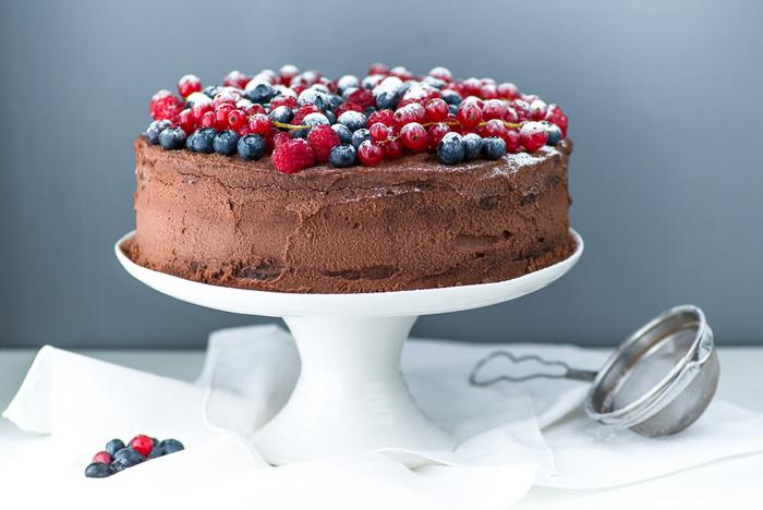 recette gateau au chocolat moelleux fourré de ganache à la crème mascarpone décoré de fruits rouges
