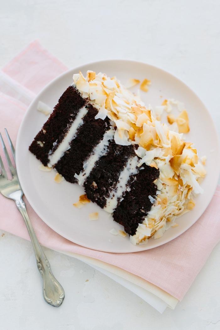 recette gateau au chocolat facile à la noix de coco râpée, idée pour un layer cake facile à monter et à décorer