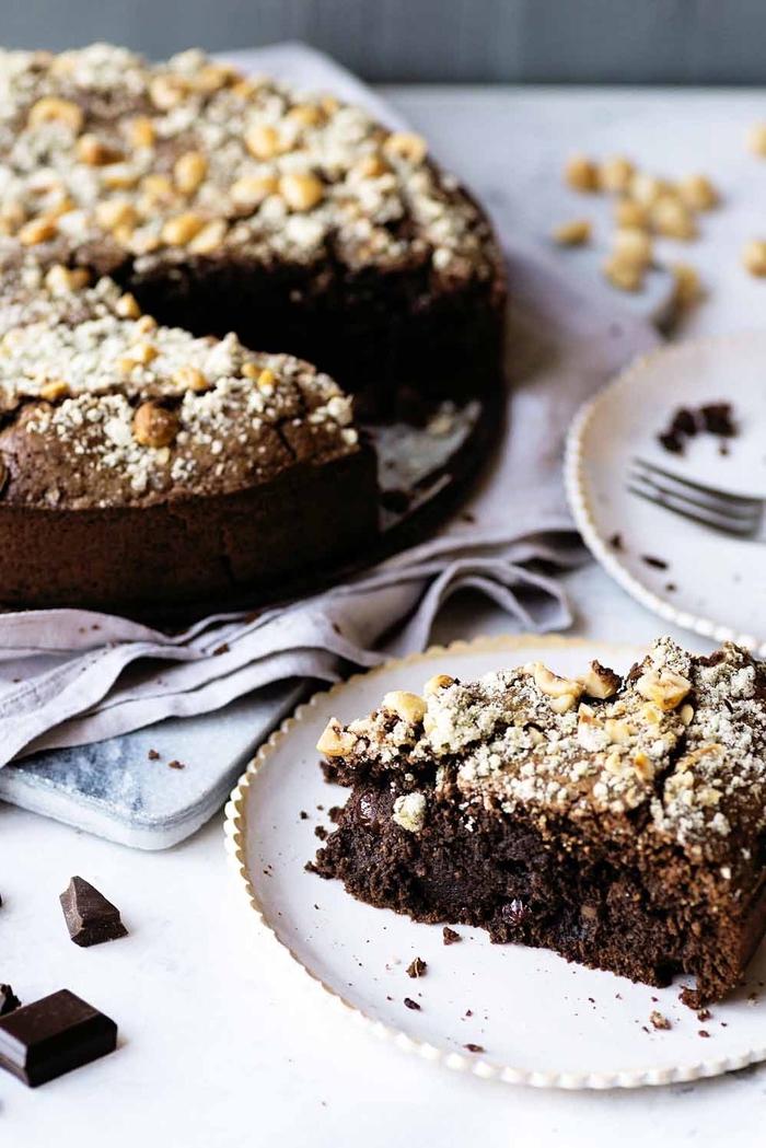 idée pour un gâteau au chocolat facile avec noisettes, au sucre romarin, raisins secs et au rhum