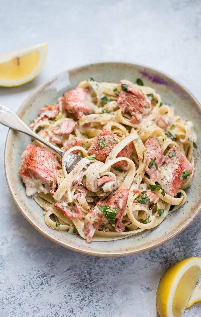 diner romantique à la maison pour deux, recette de pâtes au saumon et à la sauce à l ail