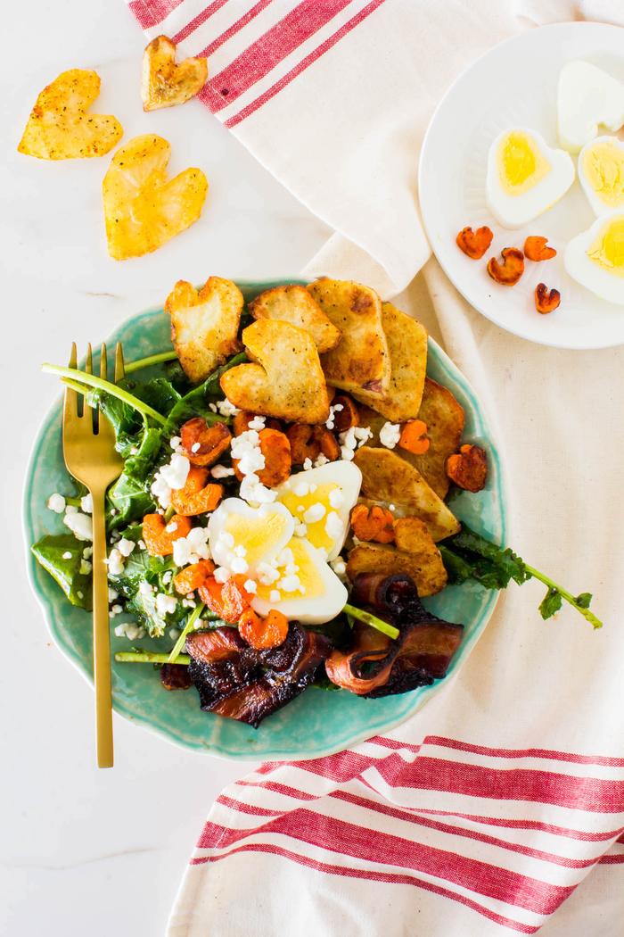 recette saint valentin de salade de carottes, de pommes de terres et d'oeuf cuit coupés en forme de coeur avec des lards