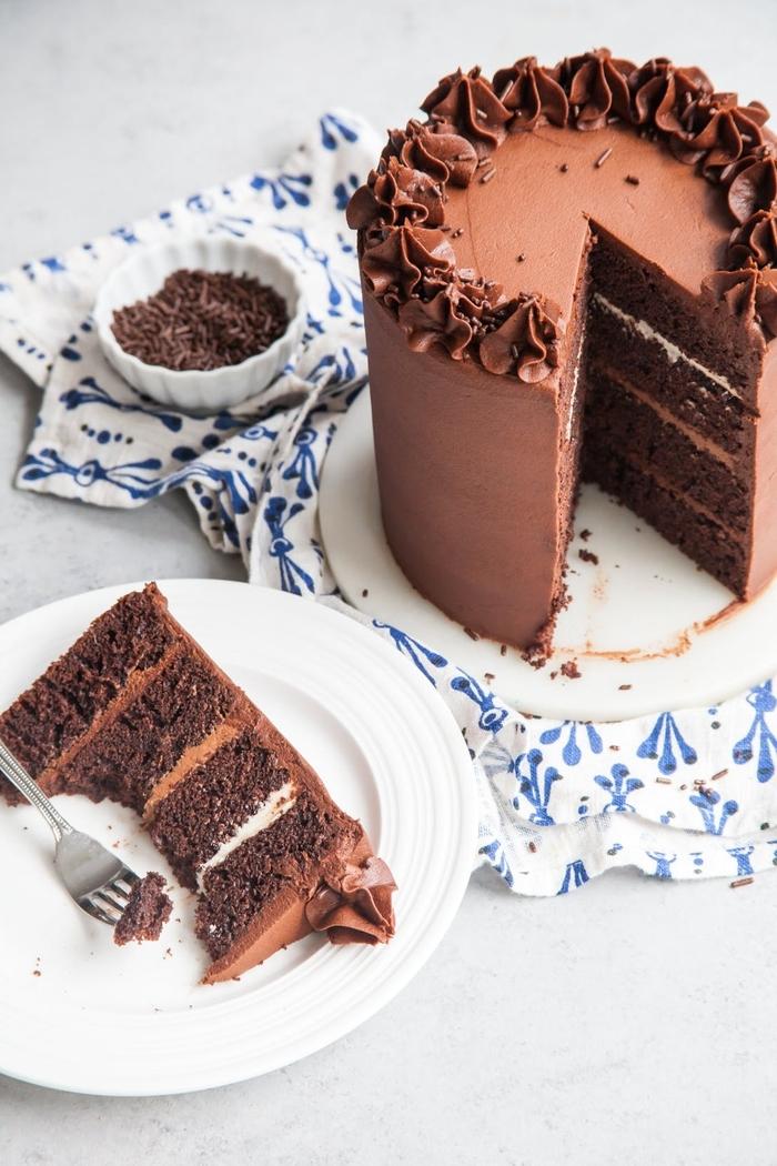 recette de gateau d'anniversaire au chocolate au goût ultime et à plusieurs étages, recette de glaçage au beurre chocolat fait maison