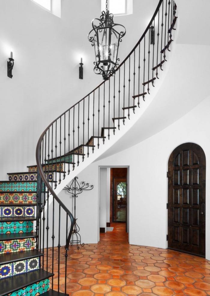 hall d'entrée de style méditerranéen avec un escalier carreaux de ciment marocains