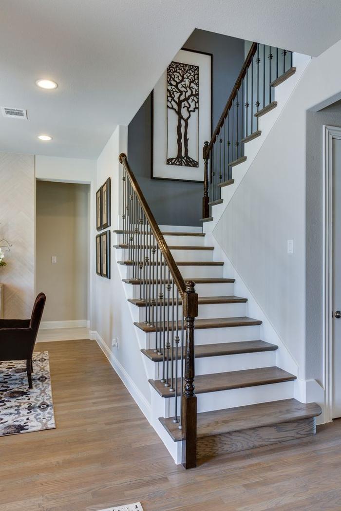 projet de renovation escalier au design contemporain, déco murale originale pour donner un accent chic à la montée d'escalier