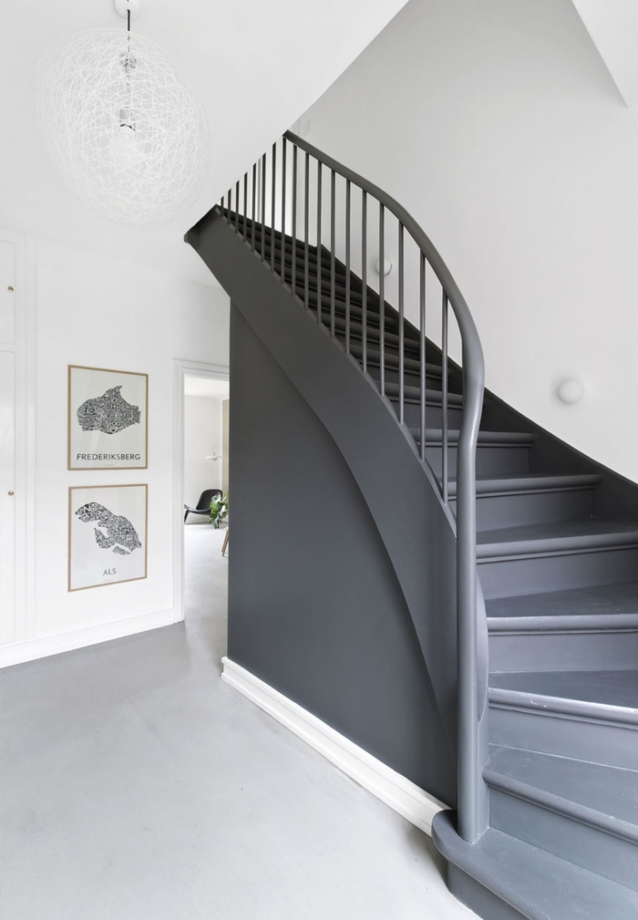 """peinture escalier et balustrade gris anthracite contrastant avec l'intérieur blanc, montée d""""escalier monochrome de style scandinave"""
