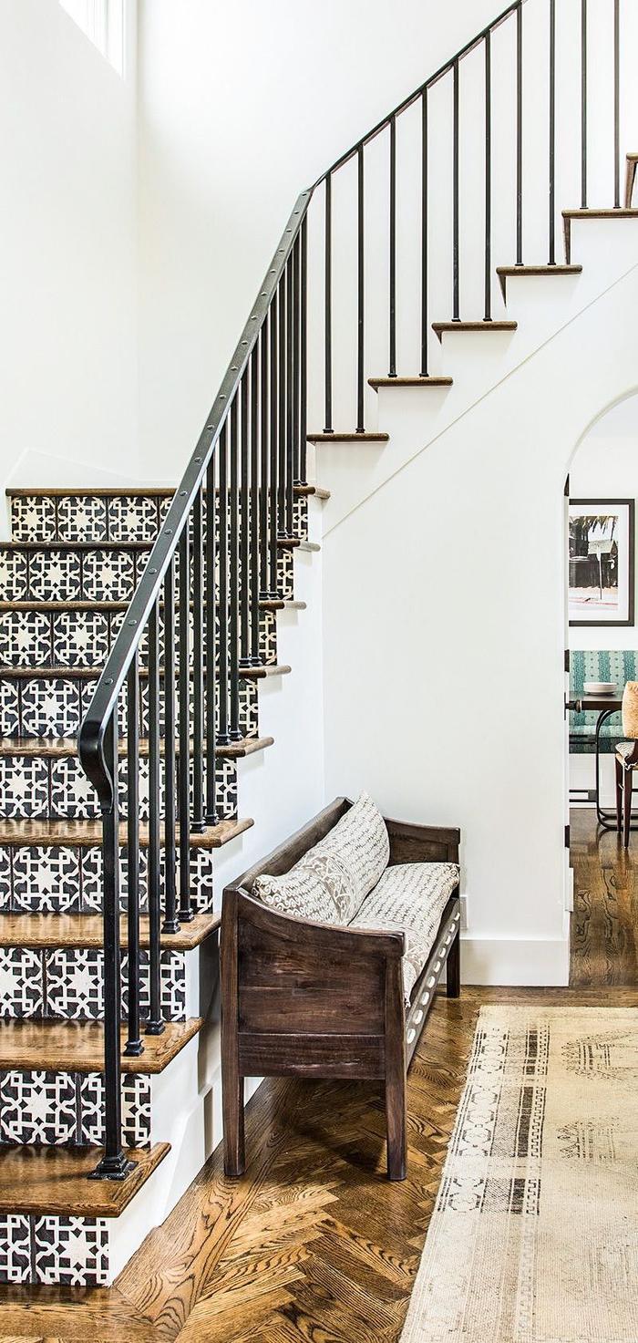 habillage escalier tendance en bois et en carreaux de ciments à motif floral en noir et blanc pour créer une ambiance méditerranéenne pleine de fraîcheur et de paix