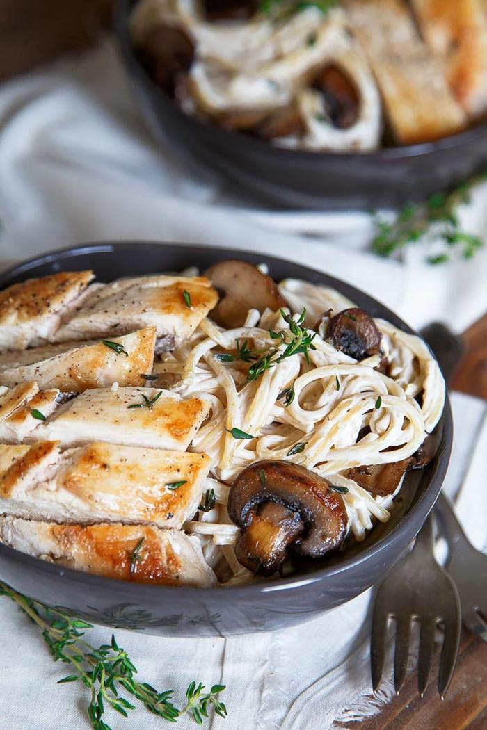 plat saint valentin simple pour ceux qui apprécient la cuisine italienne, recette de pâtes à la crème, aux champignons et au poulet
