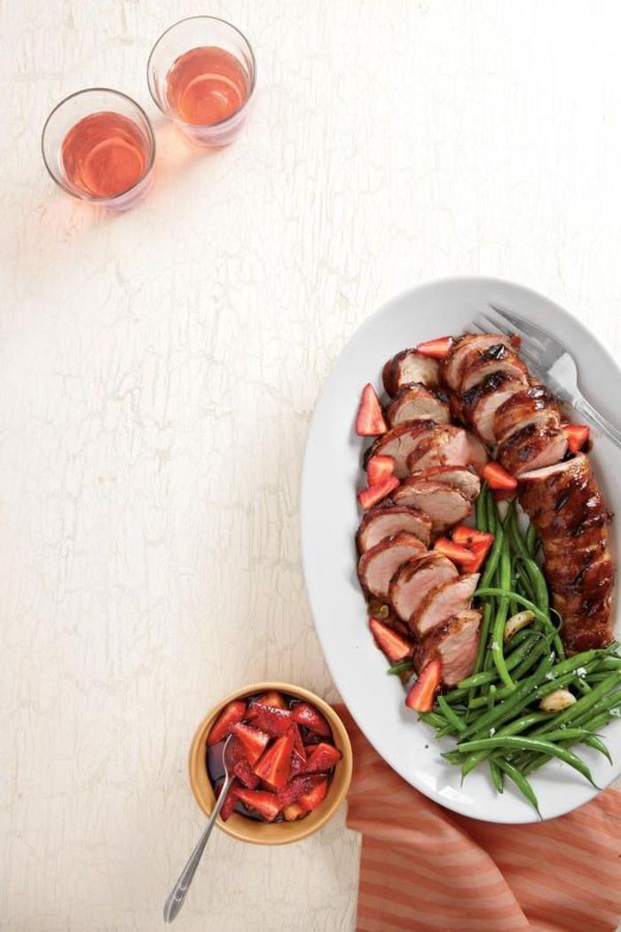 repas de saint valentin à base de porc, filet de porc rôti avec des fraises au vinaigre balsamique